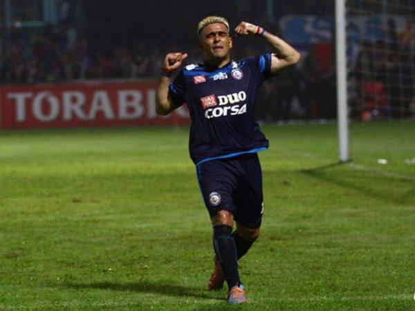 Berita Sepak Bola Nasional: Dua Bintang Arema FC Tolak Kehadiran Diego Forlan