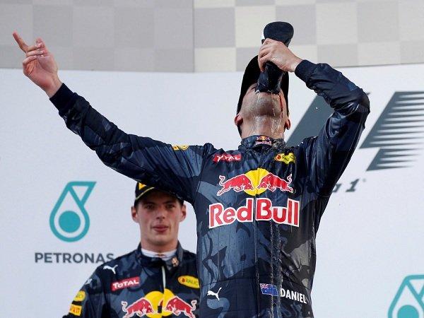 Berita F1: Menang di Sepang, Daniel Ricciardo Minum Sampanye Dari Sepatu Balap Yang Dipakainya