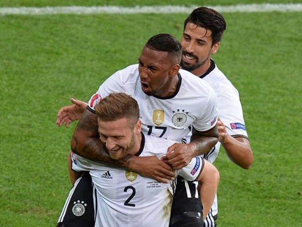 Berita Kualifikasi Piala Dunia: Mustafi Yakin Bisa Belajar dari Dua Bek Tanggung Jerman Ini