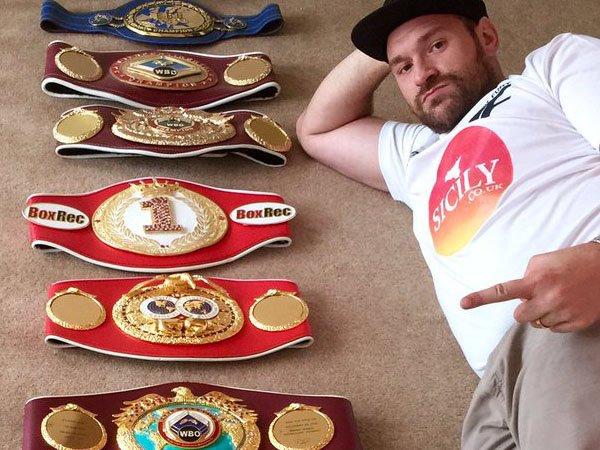 Berita Tinju: Tyson Fury Lepas Gelar WBO dan WBA Miliknya Secara Sukarela