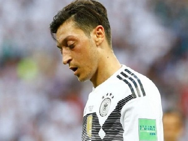 Main Buruk, Ozil Diserang Legenda Jerman