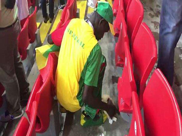 Cara Unik Fans Senegal Rayakan Kemenangan atas Polandia