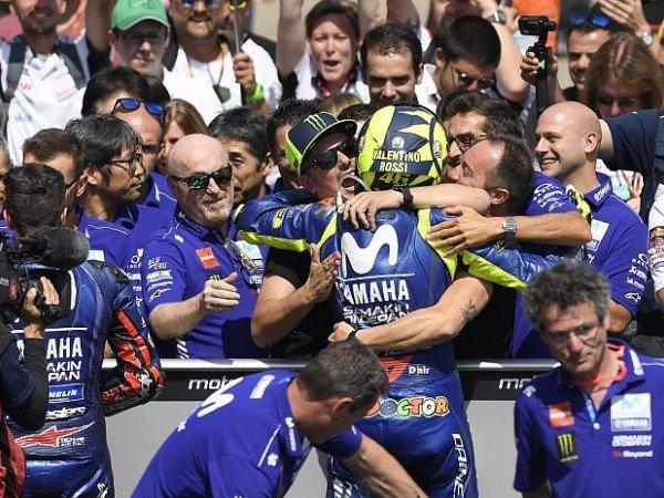 Banyak Permintaan, Rossi Dijauhi Para Staff Yamaha?