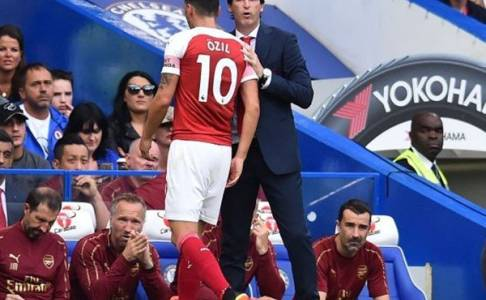 Keputusan Emerty Tarik Ozil Melawan Chelsea Dapat Dukungan