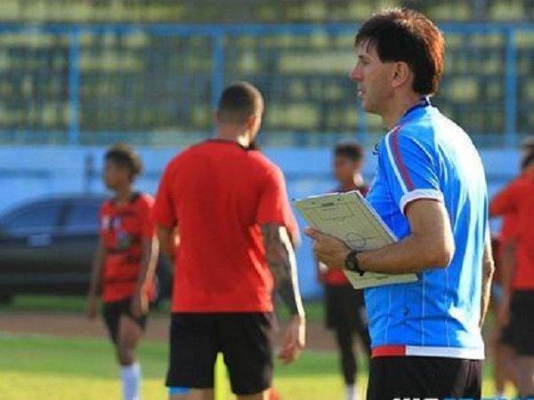 Pelatih Arema FC Siapkan Strategi Khusus Hadapi Kondisi Lapangan Becek