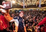 Datang ke Bandung, Marquez Jadi Sasaran Serbuan Emak-emak