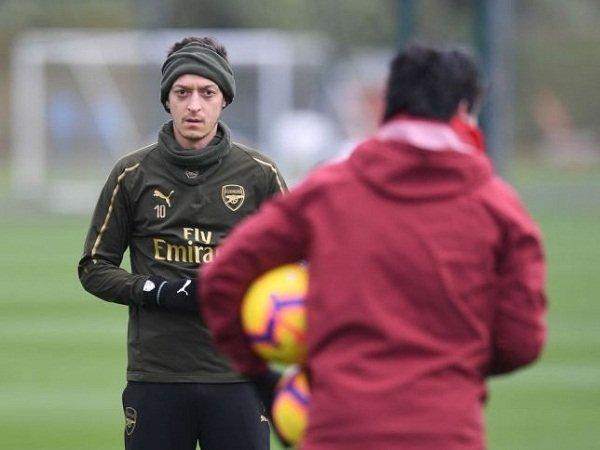 Ozil Bisa Bikin Emery Dipecat dari Arsenal