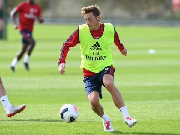 Jelang Kunjungan Ke Liverpool, Emery Belum Putuskan Bakal Turunkan Ozil dan Xhaka