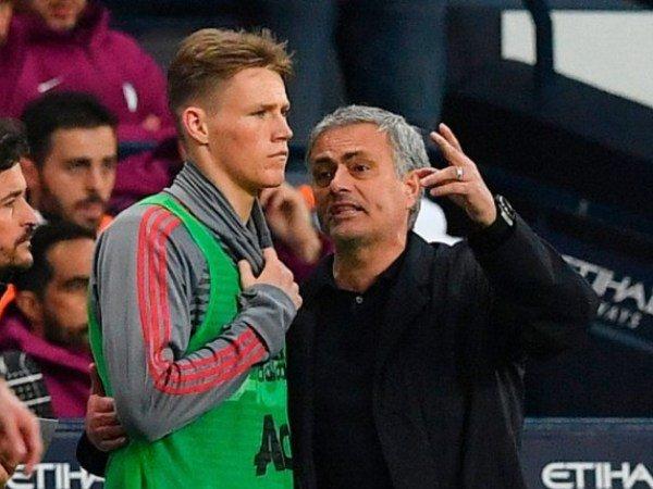 Bintang MU Ini Ternyata Masih Sering Kontak Dengan Mourinho