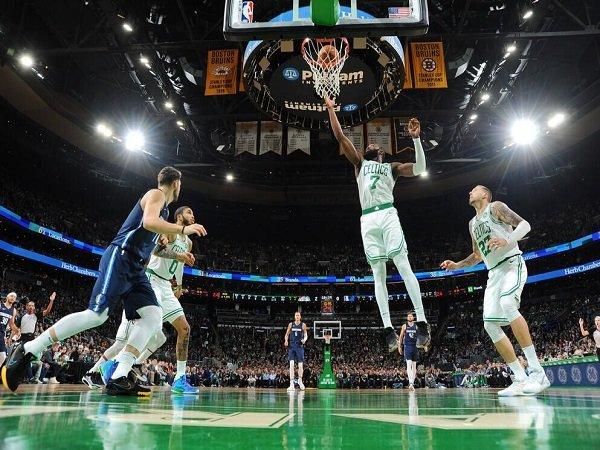 Duo Guard Mengamuk, Celtics Bungkam Mavericks