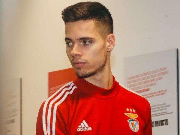 Kocak! Fans Benfica Penuhi Janji Berlari Telanjang untuk Julian Weigl