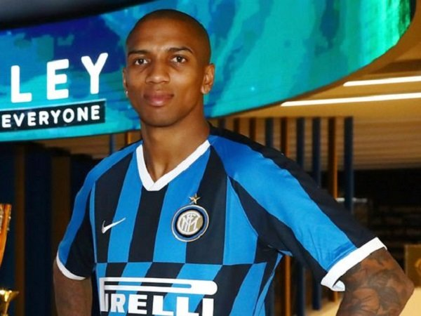 Stok Bek Kanan Habis, Conte Bisa Mainkan Ashley Young Kontra Cagliari