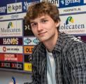Milan Saingi Duo Eredivisie Kejar Servis Bek Muda yang Pernah Tolak Liverpool