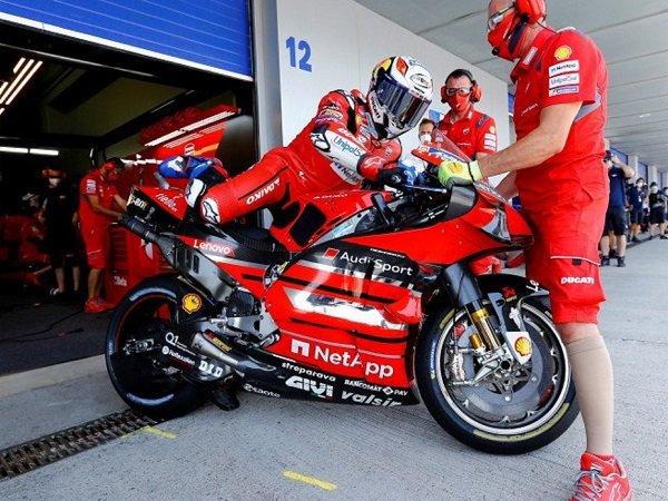 Andrea Dovizioso bersiap-siap menunggangi kuda besi miliknya.
