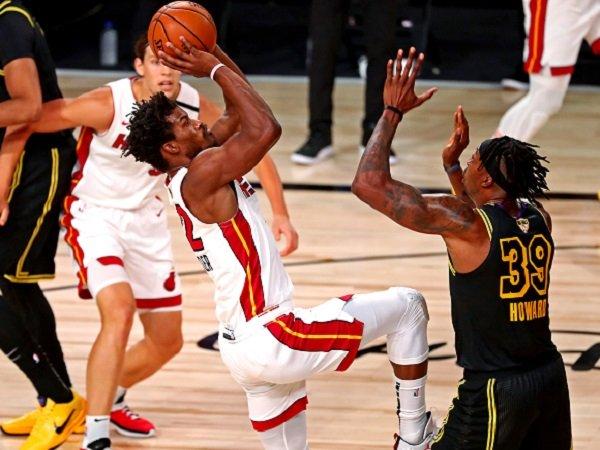 Bintang Miami Heat, Jimmy Butler (kiri) berusaha untuk mencetak angka. (Images: USATODAYSPORTS)
