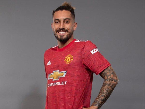 Bek sayap baru Man United, Alex Telles.