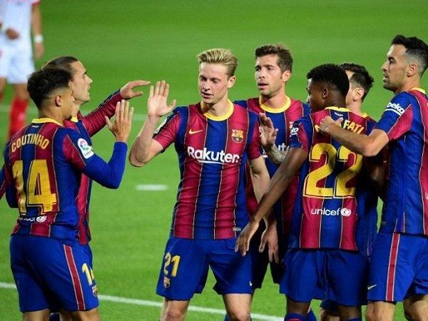 Pemain Barcelona sedang melakukan selebrasi. (Images: AFP)