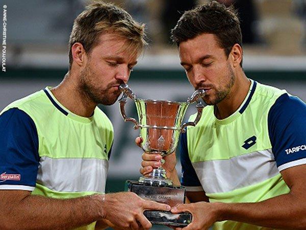 Kevin Krawietz [kiri] dan Andreas Mies [kanan] berpose dengan gelar French Open kedua