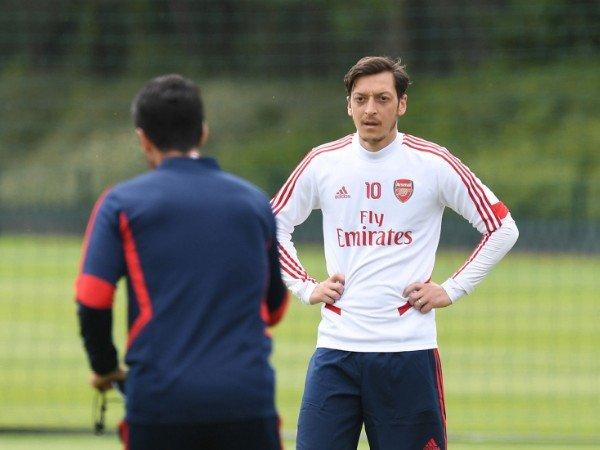 Mikel Arteta mencoret Mesut Ozil dari skuat Arsenal di Liga Europa dan Premier League