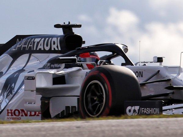 Daniil Kvyat tampil begitu nekat demi amankan posisi empat besar di GP Emilia Romagna.