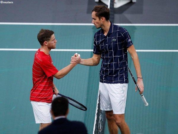 Daniil Medvedev [kanan] siap bersaing demi satu tempat di final Paris Masters 2020