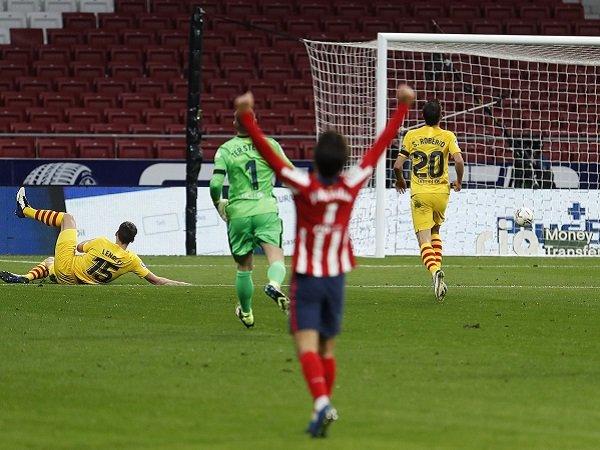 Barcelona makin terpuruk di La Liga usai ditaklukan oleh Atletico Madrid.
