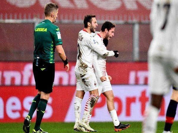 Davide Calabria dipeluk oleh Hakan Calhanoglu usai sukses mencetak gol ke gawang Genoa (17/12) / via Getty Images