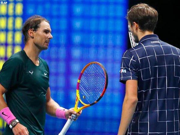 Rafael Nadal [kiri] kalah dari Daniil Medvedev [kanan] di semifinal ATP Finals 2020