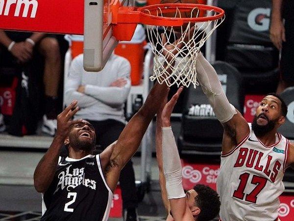 Pemain andalan Los Angeles Clippers, Kawhi Leonard (hitam) saat melawan Chicago Bulls. (Images: USATODAYSPORTS)