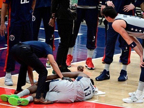 Center Washington Wizards Thomas Bryant (13) nampak kesakitan sesaat setelah mengalami cedera lutut dalam pertandingan NBA