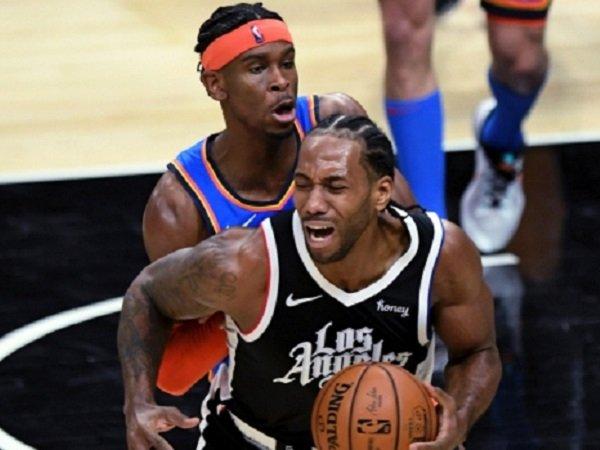 Bintang Los Angeles Clippers, Kawhi Leonard dijaga ketat pemain Oklahoma City Thunder.