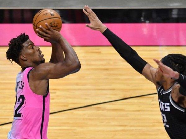 Jimmy Butler coba dihalau oleh pemain Sacramento Kings.