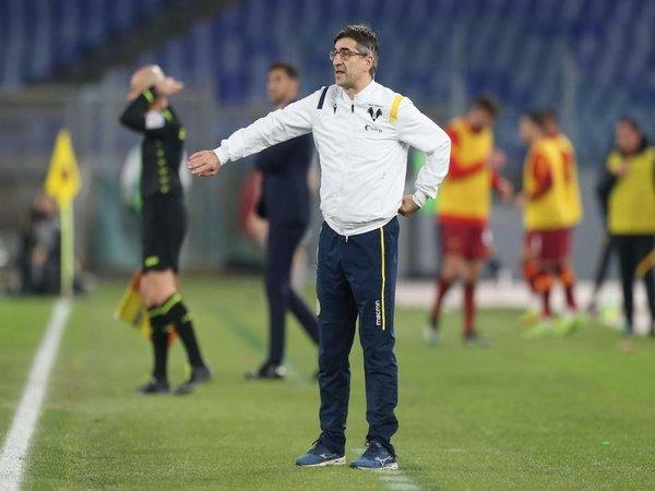 Pelatih Hellas Verona yakni Ivan Juric, meneriaki anak asuhnya saat Verona keok 1-3 dari AS Roma di giornata ke-20 Serie A (1/2) / via Getty Images