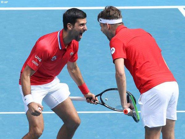 Novak Djokovic [kiri] persembahkan dua kemenangan bagi Serbia di hari pertama ATP Cup 2021