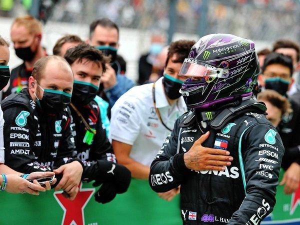 Mercedes begitu membutuhkan jasa Lewis Hamilton di dalam tim mereka.