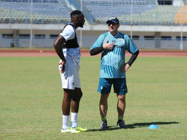 Pelatih Persib, Robert Rene Alberts ketika berbicara dengan Geoffrey Castillion