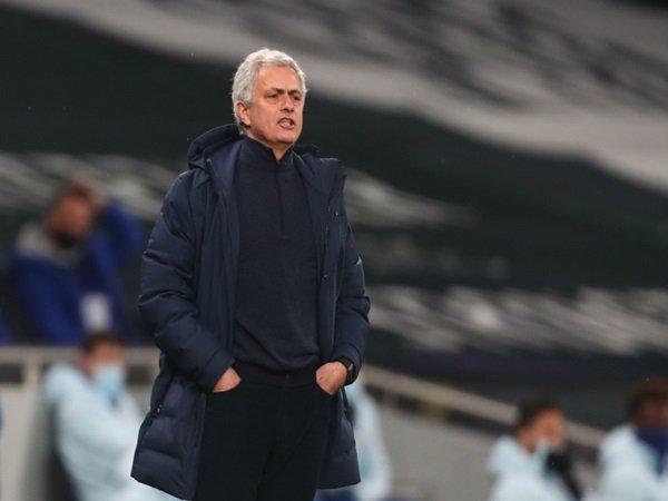 Fans Tottenham beri pesan menohok pada Mourinho
