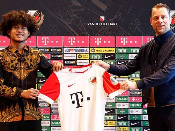 Bagus Kahfi (kiri) saat diperkenalkan sebagai pemain FC Utrecht