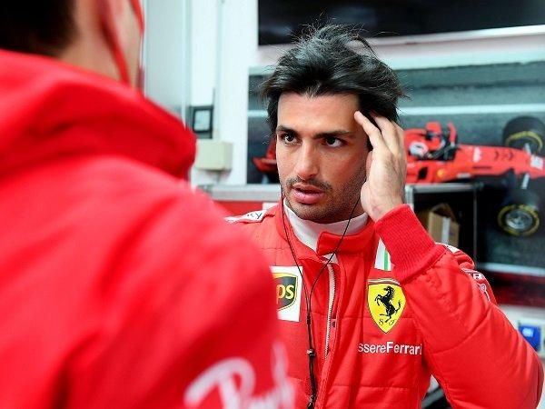 Carlos Sainz Jr pesimistis lihat Ferrari bisa ungguli Mercedes di F1 2021.
