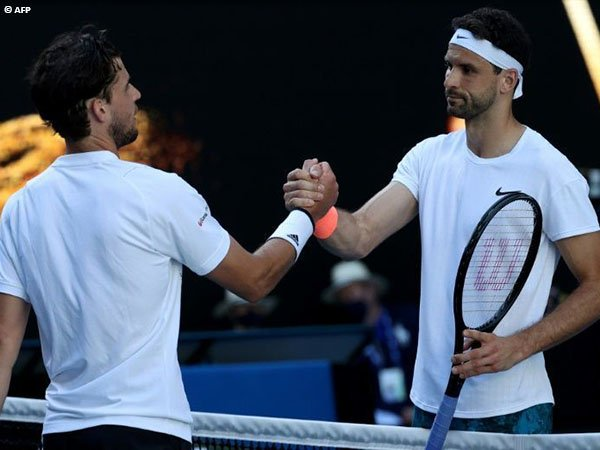 Grigor Dimitrov [kanan] melaju ke perempatfinal Australian Open 2021 dengan kemenangan tiga set langsung