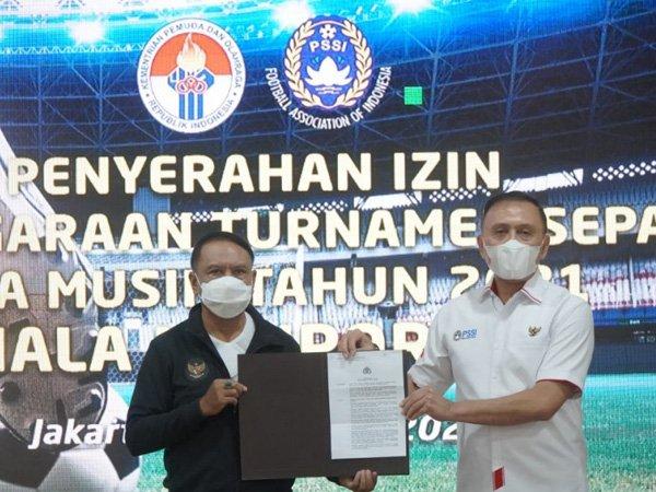 Menpora RI Zainudin Amali menyerahkan izin turnamen pramusim kepada Ketum PSSI, Iriawan