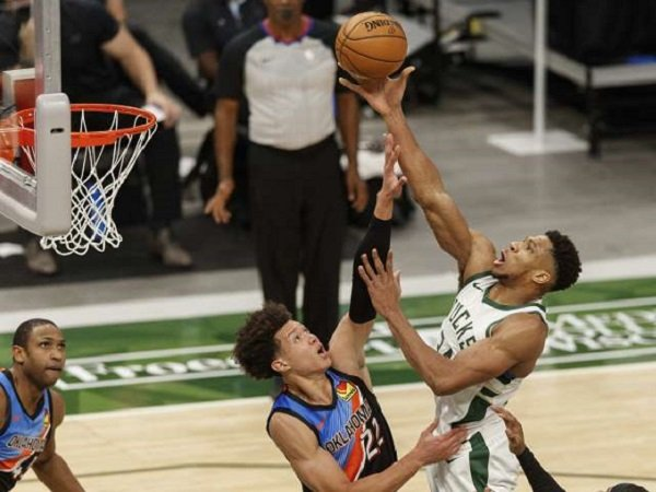 Pemain andalan Milwaukee Bucks, Giannis Antetokoumpo berusaha mencetak poin.