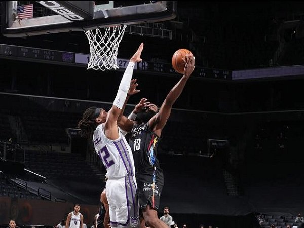 Pemain bintang Brooklyn Nets, James Harden saat melawan Sacramento Kings. (Images: Getty)
