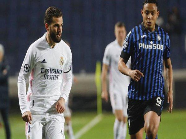 Nacho Fernandez berduel dengan Luis Muriel kala Real Madrid sukses menekuk Atalanta di leg pertama babak 16 besar Liga Champions (25/2) / via EPA
