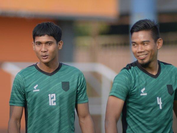 Hendro Siswanto (kiri) mulai berlatih dengan Borneo FC
