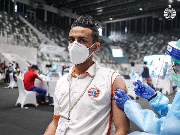 Otavio Dutra menerima suntikan vaksin Covid-19