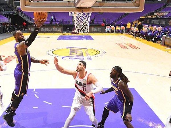 Bintang Los Angeles Lakers, LeBron James saat melawan Portland Trail Blazers.