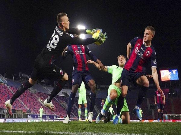 Salah satu momen di laga Bologna vs Lazio dini hari tadi (28/2) / via EPA