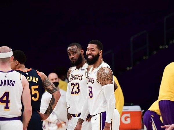 Skuat Los Angeles Lakers sedang tersenyum.