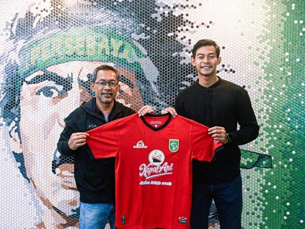 Satria Tama (kanan) resmi bergabung dengan Persebaya Surabaya